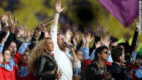 Beyonce, Chris Martin ve Bruno Mars, Hamish Hamilton'ın ürettiği en büyük devrelardan biri olarak hatırladığı Super Bowl 50 İlk Yarı Gösterisinde performans sergiliyor.