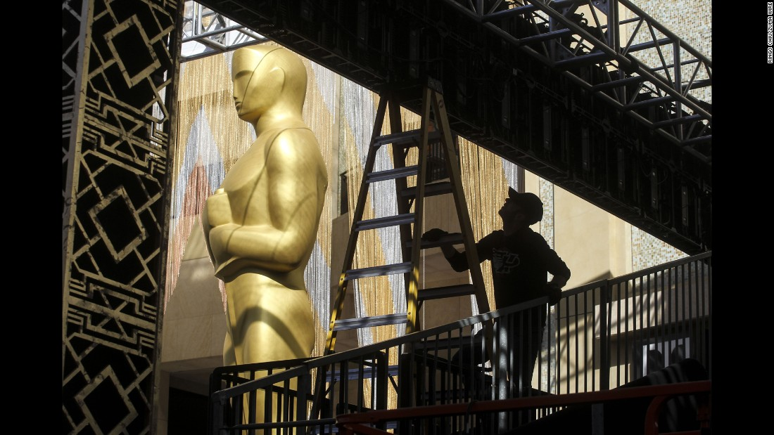"A worker prepares the Dolby Theatre for the Academy Awards, which take place Sunday, February 28, in Hollywood, California. <a href=""http://www.cnn.com/2016/02/19/world/gallery/week-in-photos-0219/index.html"" target=""_blank"">See last week in 31 photos</a>"