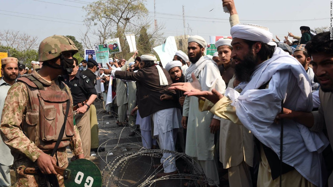 Supporters argue with soldiers during a protest against Qadri's execution in Peshawar on February 29, 2016.