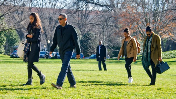 U.S. President Barack Obama and his family (L-R) Malia, Sasha, and first lady Michelle Obama return to the South Lawn of the White HouseJanuary 3, 2016 in Washington, DC.
