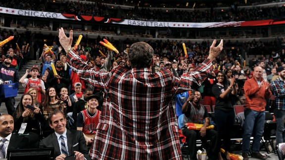 """Fans welcome Sager to the United Center in Chicago in March 2015. """"I would like to thank everyone for your generosity and encouragement,"""" he said in March. """"I sincerely appreciate it, and it means so much to me and my family."""""""