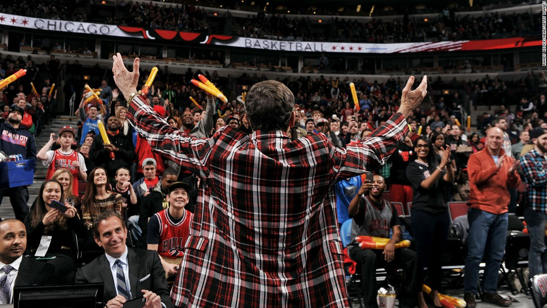 "Fans welcome Sager to the United Center in Chicago in March 2015. ""I would like to thank everyone for your generosity and encouragement,"" <a href=""https://www.turner.com/pressroom/united-states/turner-sports/nba-tnt/statement-behalf-craig-sager"" target=""_blank"">he said in March. </a>""I sincerely appreciate it, and it means so much to me and my family."""