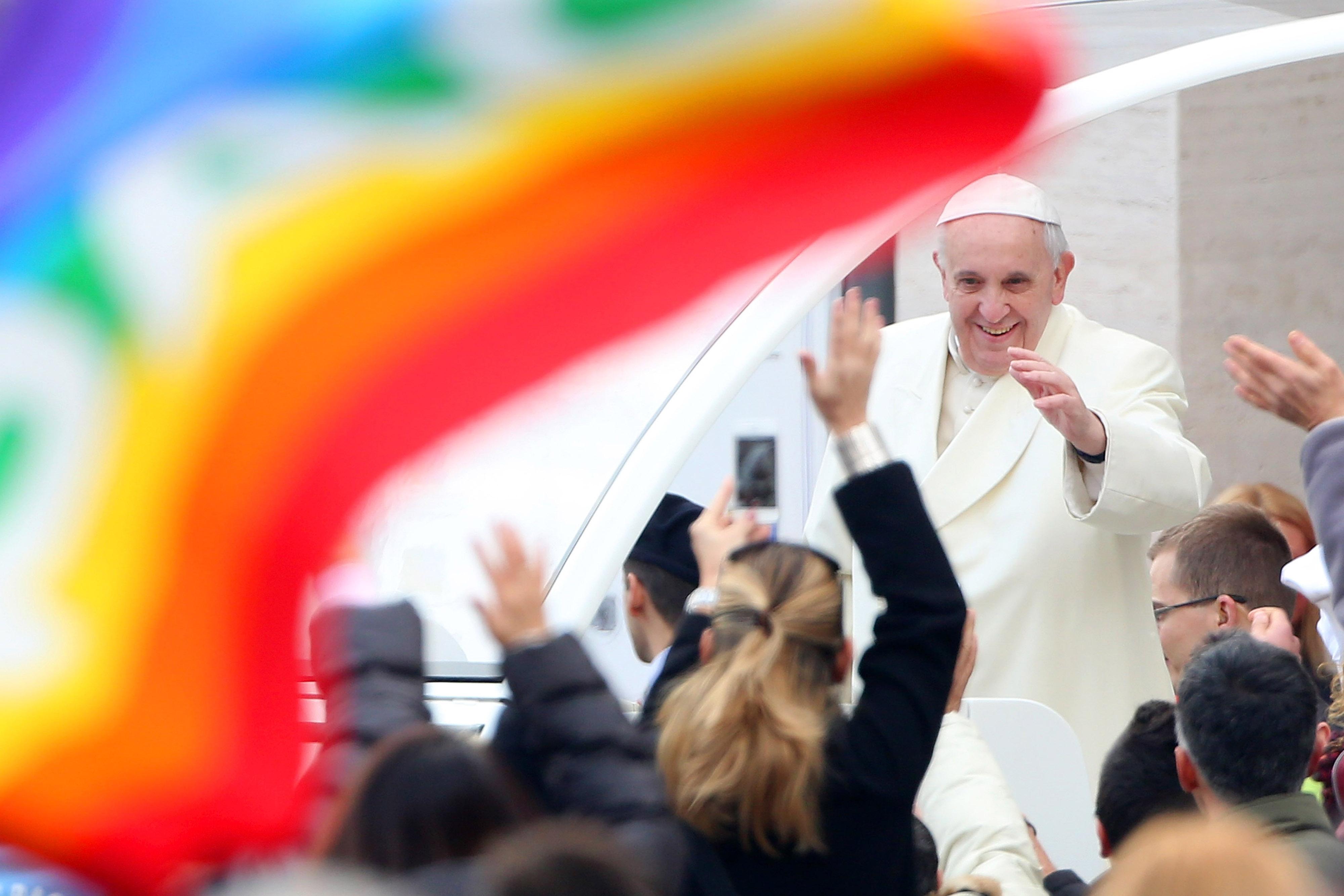 Papa y bandera gay