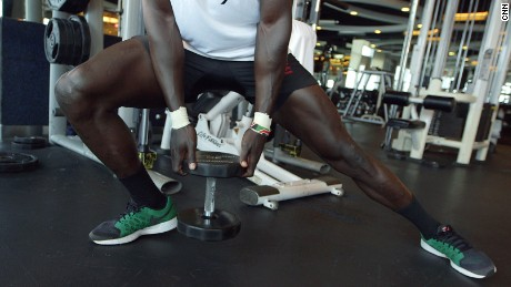 Holding the weight, Injera lunges to the right and then back across to the left.