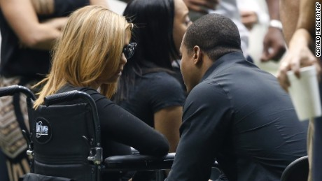 Racquel Smith talks to former Saints running back Pierre Thomas at the visitation.