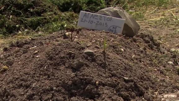 greece cemetery migrants atika shubert pkg_00013121.jpg