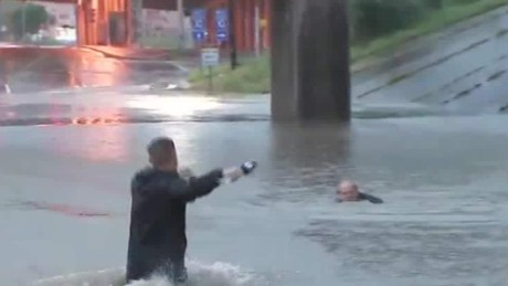 Reporter rushes toward driver of sinking car