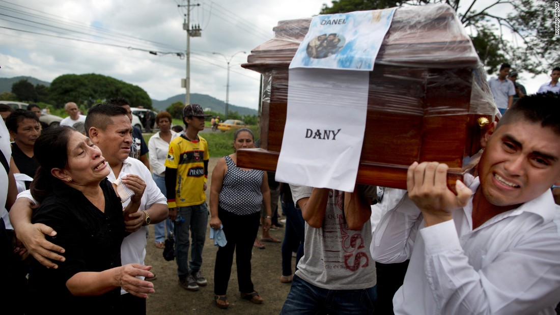 Pallbearers carry a coffin to a cemetery as relatives mourn the loss of loved ones in Portoviejo on April 18.