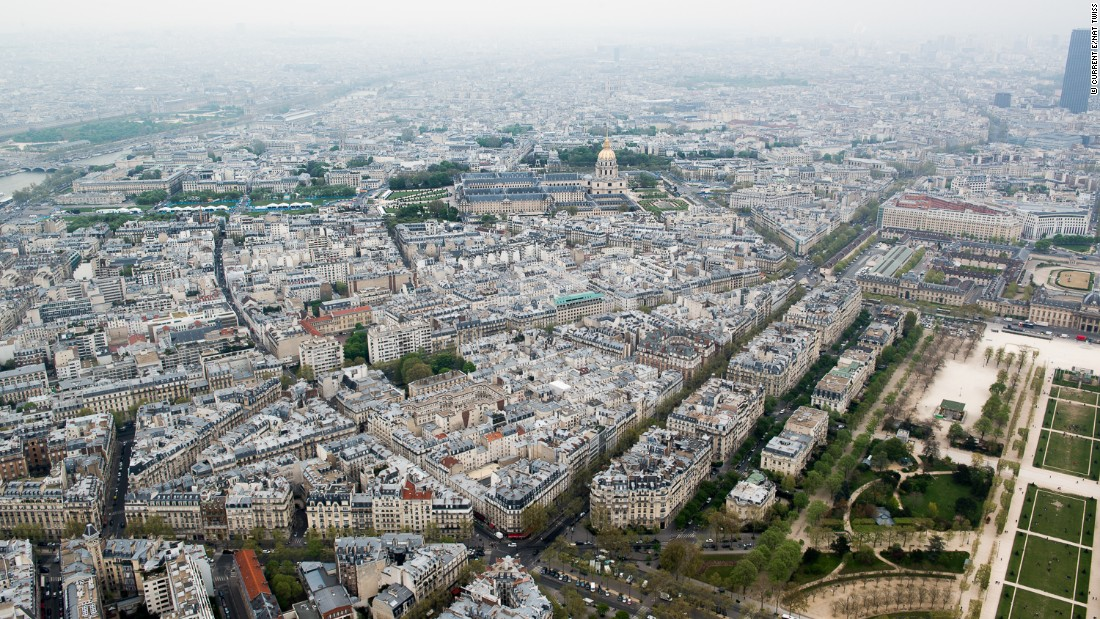 The race is taking place on the streets around the Hotel des Invalides.
