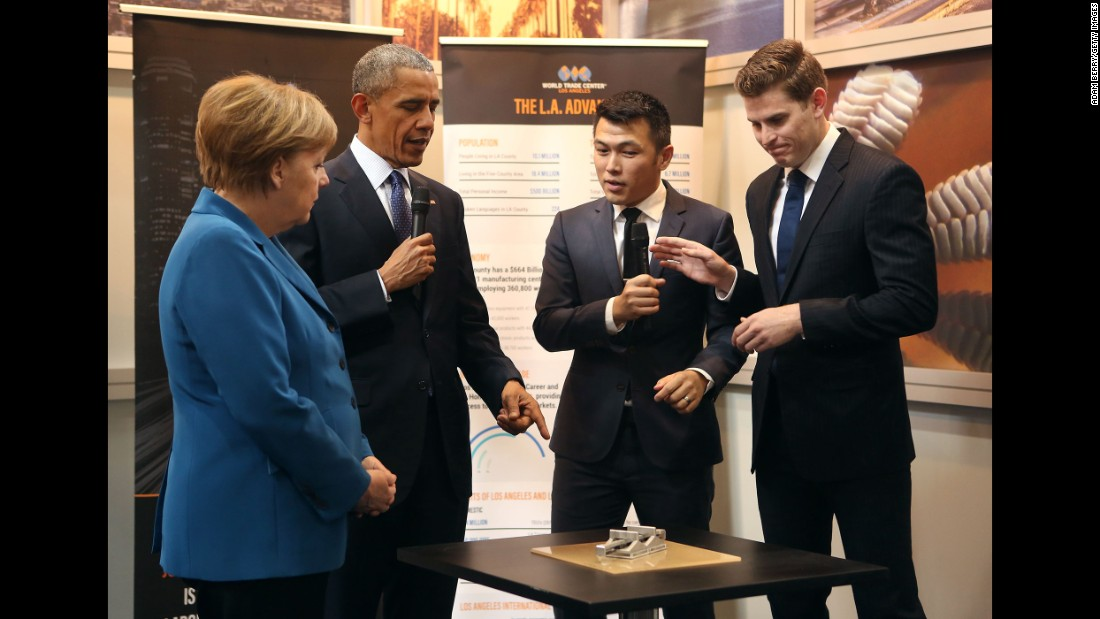 Obama and Merkel look at a gripping device at the Hannover Messe on April 25.