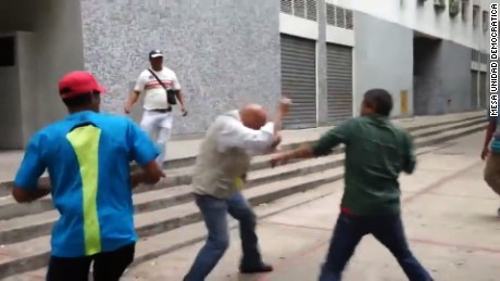 title: #ViolenciaRoja Oficialistas agreden a Chuo Torrealba y a manifestantes durante protesta en Ccs  duration: 00:01:20  site: Youtube  author: null  published: Fri Apr 29 2016 12:25:36 GMT-0400 (Eastern Daylight Time)  intervention: no  description: