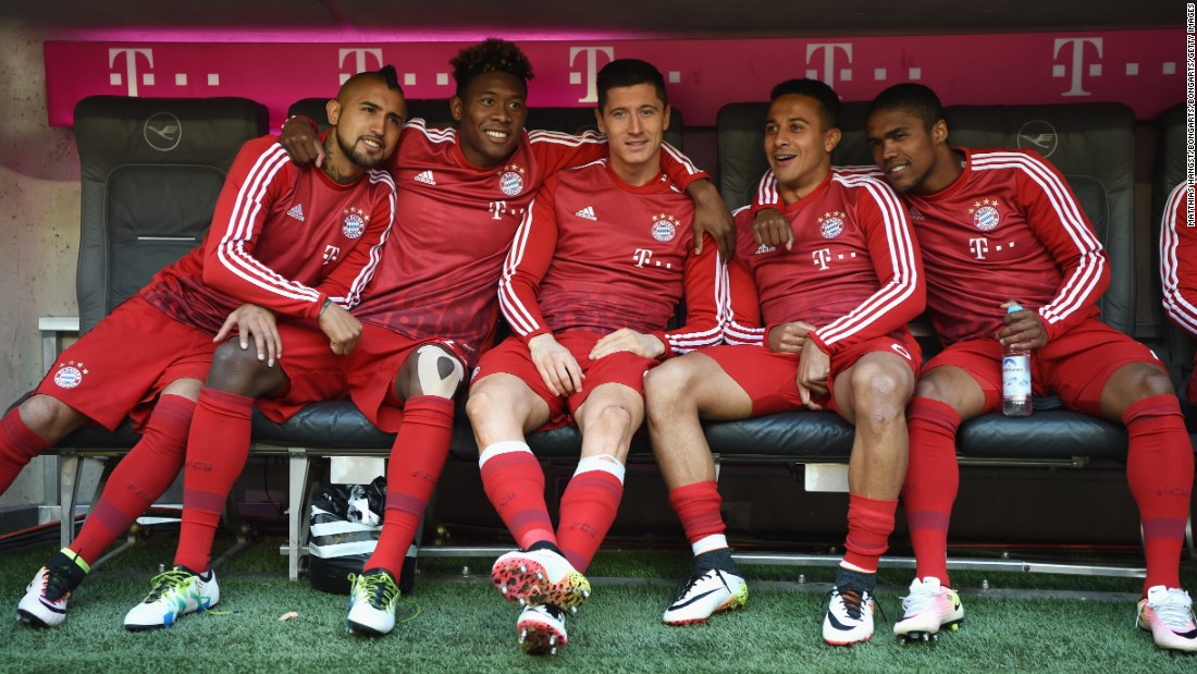 Arturo Vidal, David Alaba, Robert Lewandowski, Thiago Alcantara and Douglas Costa of Bayern Muenchen are seen on the bench prior to the Bundesliga match between Bayern Muenchen and Borussia Moenchengladbach.