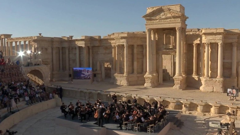 Russian orchestra plays in Syrian ruins