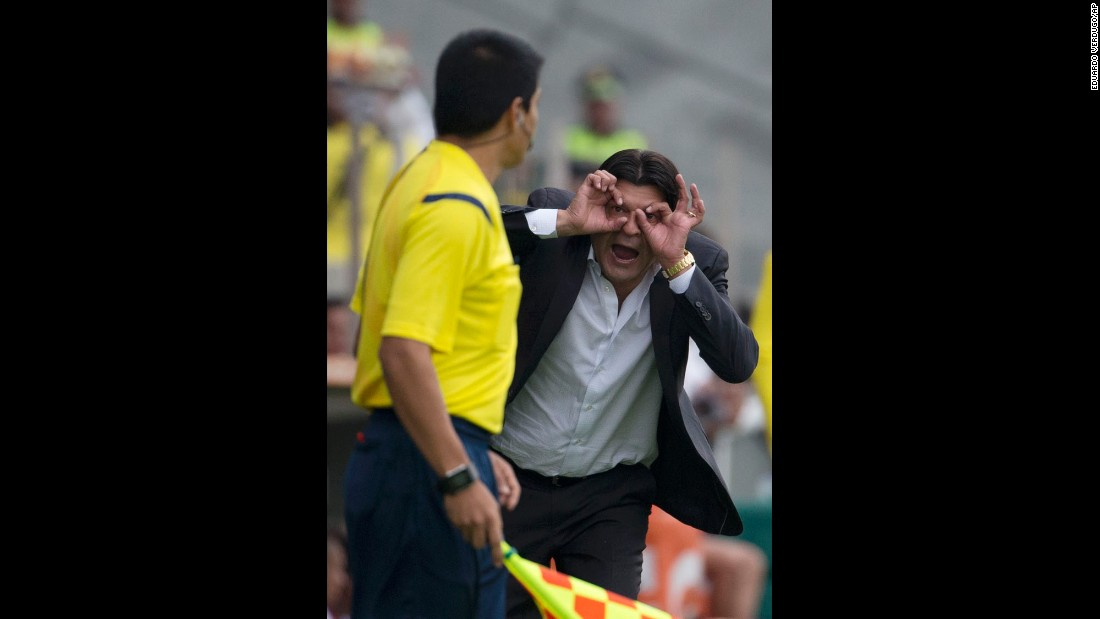 Toluca manager Jose Cardozo complains to a linesman during a Copa Libertadores match in Toluca, Mexico, on Wednesday, May 4.