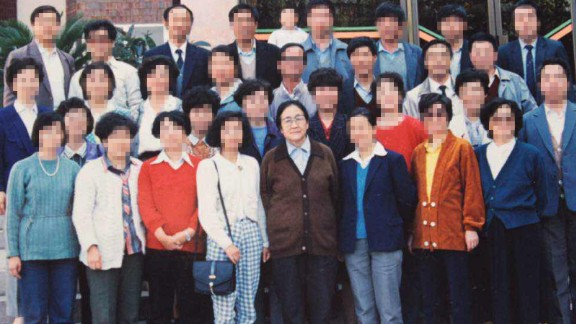 Zhang Jilan, Yu's homeroom teacher, with her class in 1990.