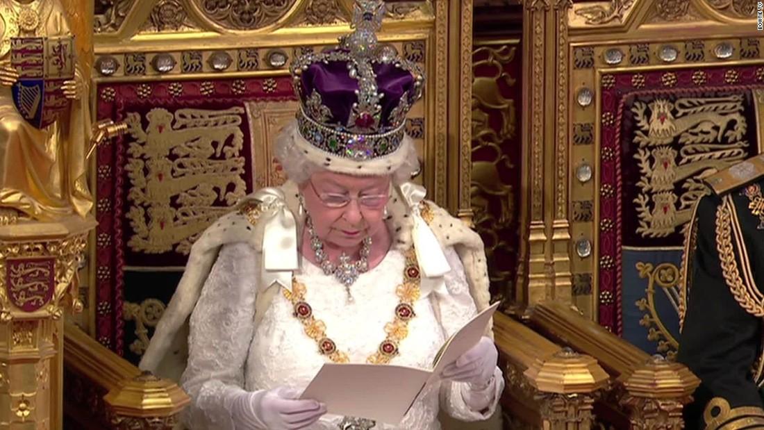 Kereta berlapis emas, berat crown, dan seorang wanita yang disebut Hitam Batang. Selamat datang di pembukaan Parlemen negara