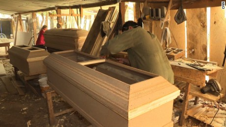 2016-05-09 15:04:34 In El Salvador many young people have left jobs in agriculture due to the economy and climate change. Some have decided to dedicate themselves to making coffins.