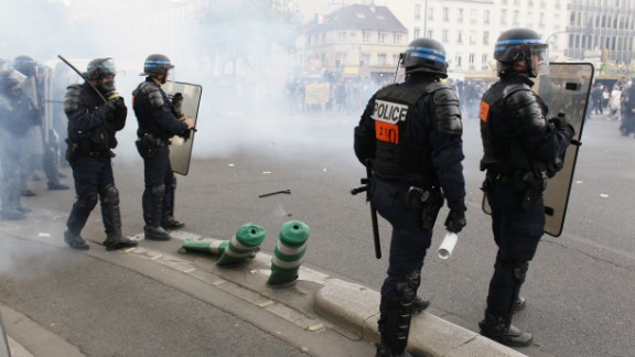 Riot police clash with demonstrators during a protest against the government's labour market reforms in Paris, on May 26, 2016. The French government's labour market proposals, which are designed to make it easier for companies to hire and fire, have sparked a series of nationwide protests and strikes over the past three months. / AFP / MATTHIEU ALEXANDRE        (Photo credit should read MATTHIEU ALEXANDRE/AFP/Getty Images)
