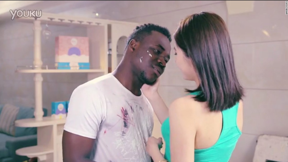A black man and a Chinese woman flirt in this hugely criticized ad from detergent brand Qiaobi.