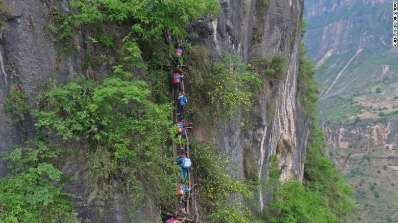Atule & # 39; er, un villaggio nella provincia cinese del Sichuan, ha ricevuto ampia attenzione dopo che Beijing News, una pubblica amministrazione, ha pubblicato una serie di foto di studenti che salivano scale di vite lungo una scogliera di 800 metri per raggiungere scuola. & lt; br / & gt;
