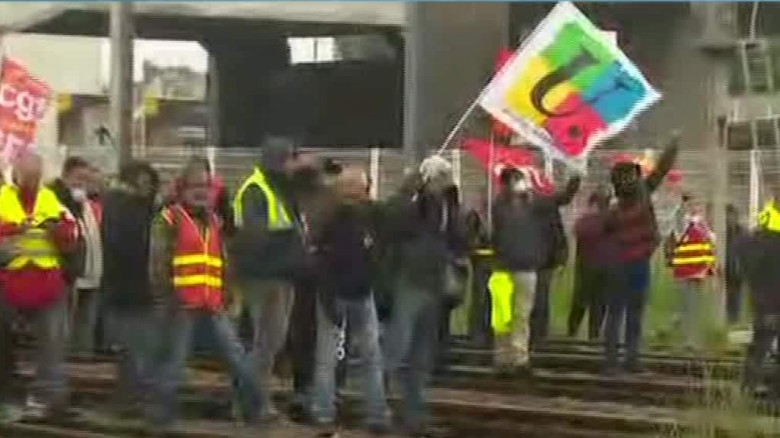 french police clash with striking workers mclaughlin_00011518
