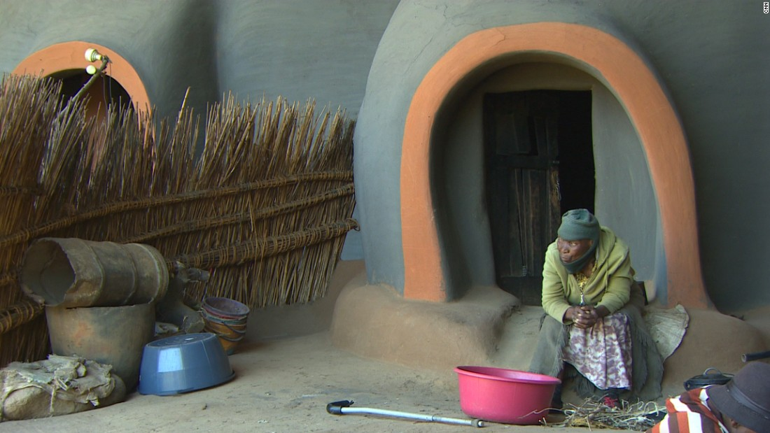 Some families have made the caves their home. Those living in the caves today are descendents of settlers who they claim journeyed to the caves in 1824. Living in houses made of clay soil and stone, the cave dwellers live as most do in the area, keeping animals and growing maize.