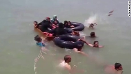 Civilians cross Euphrates to escape Falluja fighting