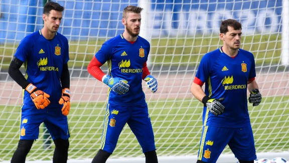 De Gea (C) warms up with fellow Spain keepers Sergio Rico (L) and Iker Casillas in La Rochelle, France.