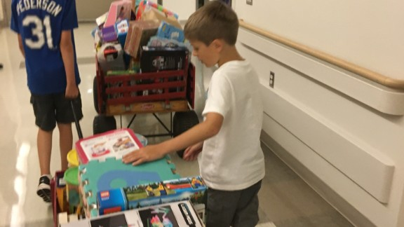 Kadin and volunteers deliver toys to the hospital.