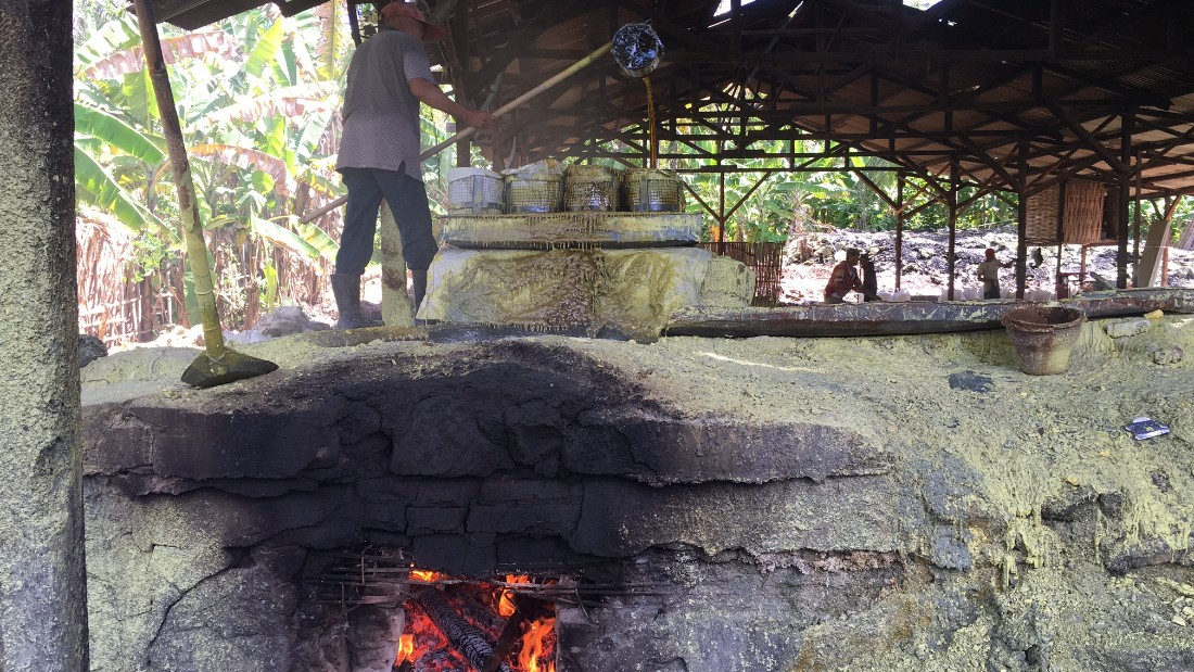 Mining sulfur in Indonesia's Mount Ijen volcano - CNN