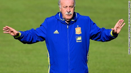 LA ROCHELLE, FRANCE - JUNE 23:  Head coach Vicente Del Bosque of Spain reacts during a training session at Complexe Sportif Marcel Gaillard on June 23, 2016 in La Rochelle, France.  (Photo by David Ramos/Getty Images)