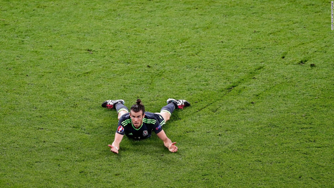 Welsh star Gareth Bale looks for a call.