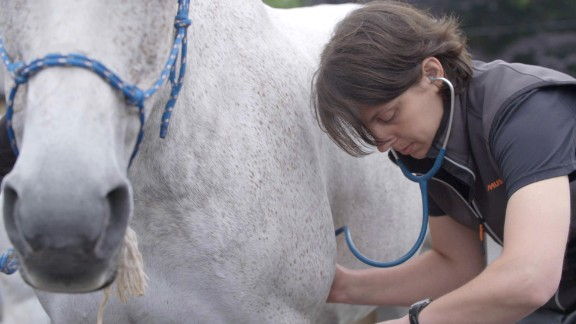 The racers and horses are all timed, but the latter must make two quick veterinary checks during the race to avoid exhaustion.