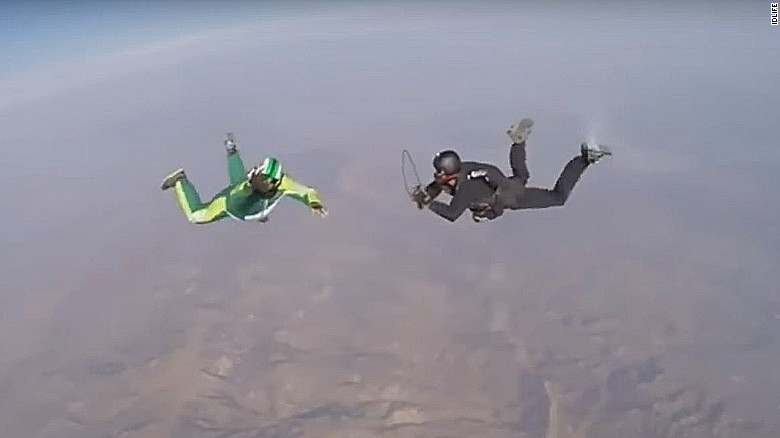 Skydiver plummets 25K feet with no parachute