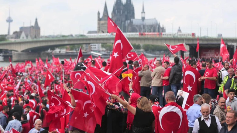 Germany Cologne pro-Erdogan rally Pleitgen looklive_00003825