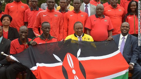 Kenyan President Uhuru Kenyatta (C) poses with Olympics Kenyan track and field athletes on July 22, 2016 at the State House in Nairobi.