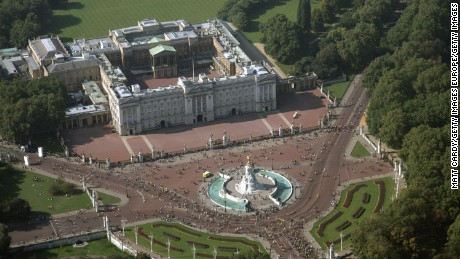 An aerial view of Buckingham Palace from 2008 shows the roads in front of the building.