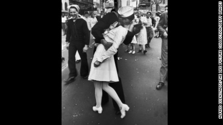 Sister kissed in the emblematic picture of V-J Day at 92