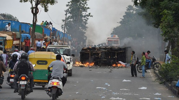 The Cauvery water dispute erupted into violence on September 12, 2016. (MANJUNATH KIRAN/AFP/Getty Images)