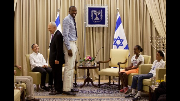 NBA star Amare Stoudemire stands with Israeli President Shimon Peres during their meeting at the president