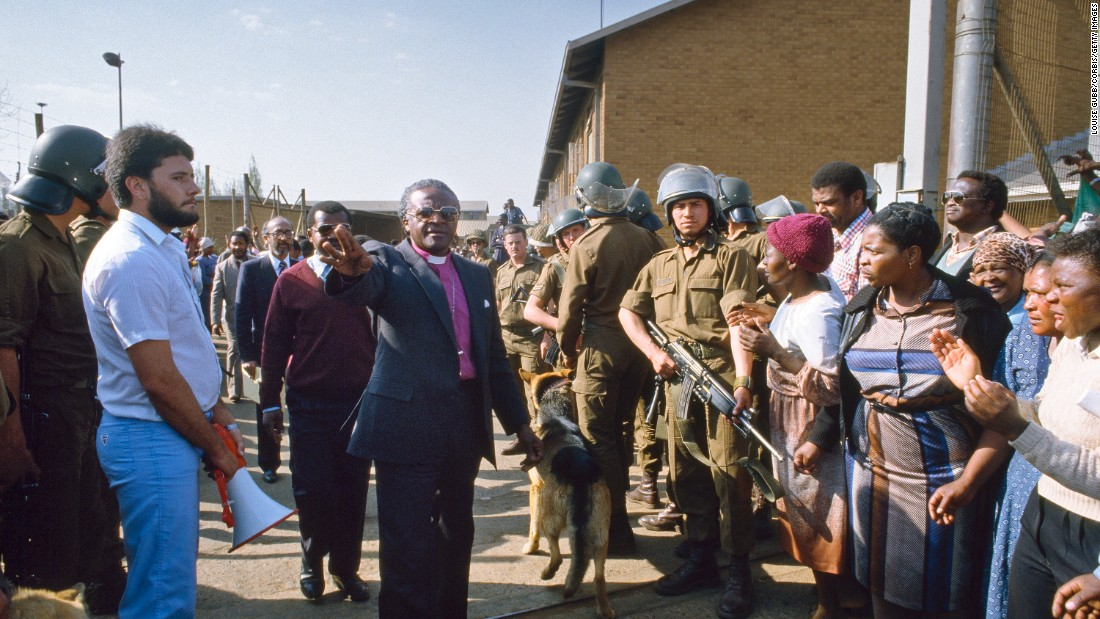 Tutu mediates a dispute between police in Soweto and mothers of children who had been arrested.