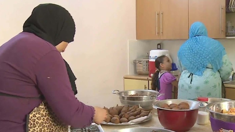 refugees cook syrian cuisine in egypt ian lee pkg_00014223