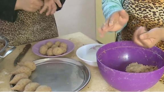 refugees cook syrian cuisine in egypt ian lee pkg_00020802.jpg