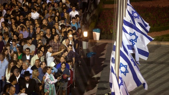 Israelis wait to pass by the coffin of former Israeli President Shimon Peres, September 29, 2016.