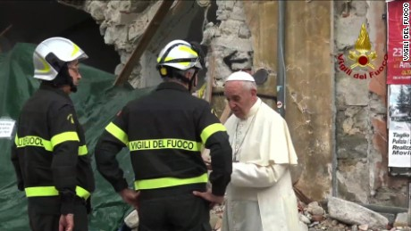 Pope visits quake survivors_00003109