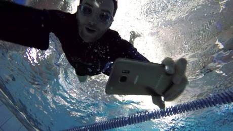 premium selection b9e21 698b9 iPhone 7 vs. Galaxy S7: The underwater challenge