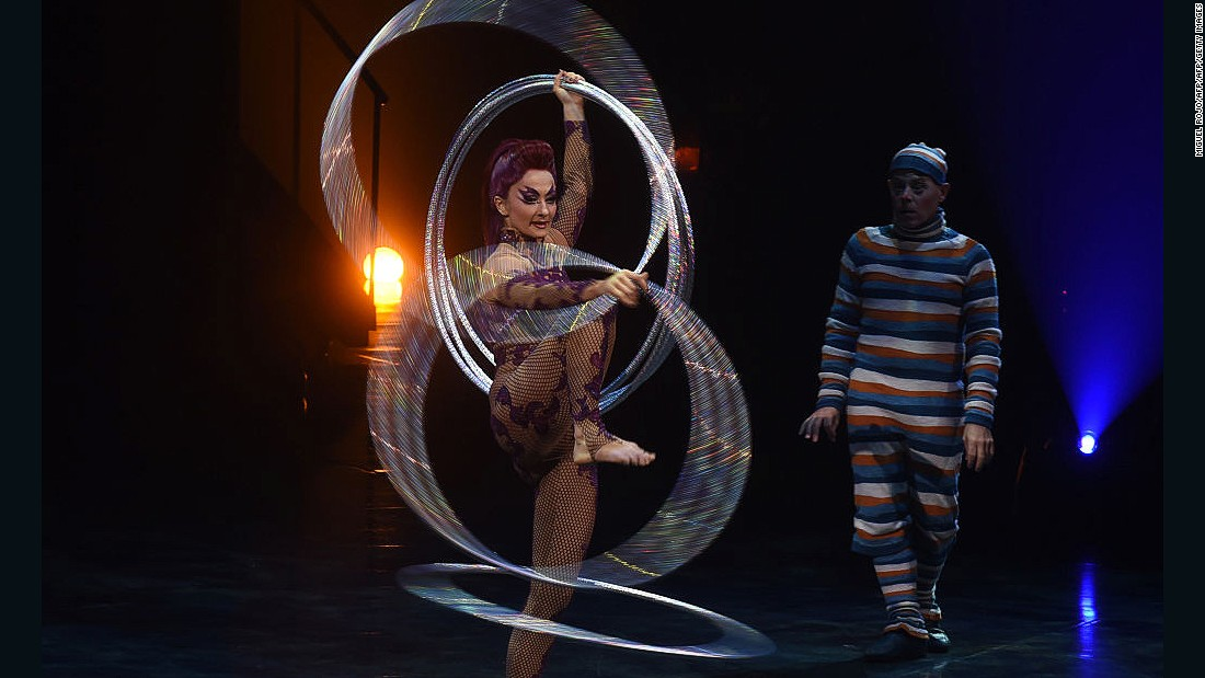 This hoop artist's act combines fluid movements, physical contortion, exceptional balance and impressive dexterity, all while spinning numerous hoops.