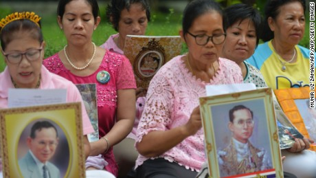 Thai people turn out to show support for king