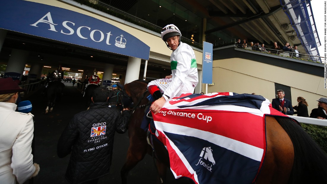 Dettori and Flying Officer return to the winners' enclosure after victory at Ascot in October 2015.