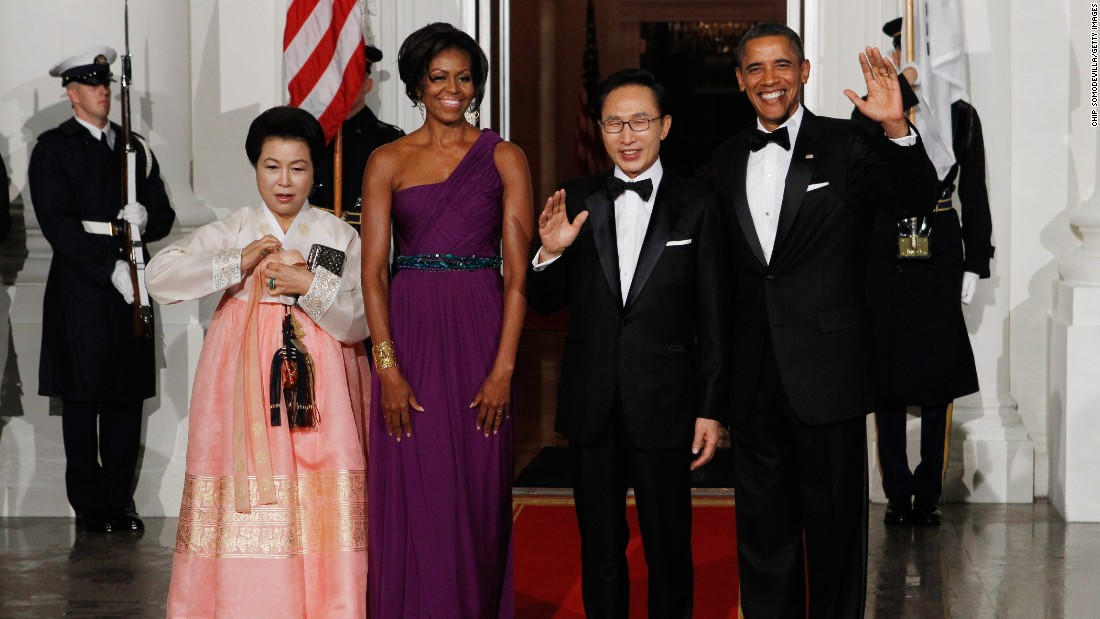 Republic of Korea first lady Kim Yoon-ok, US first lady Michele Obama, South Korean President Lee Myung-bak and US President Barack Obama at the White House before attending a state dinner on October 13, 2011.